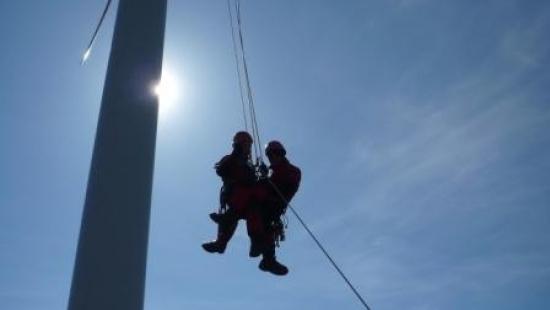 Ewakuacja z turbin wiatrakowych. Strażackie ćwiczenia na wiatrakach (ZDJĘCIA)