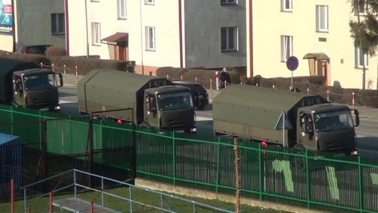Konwój wojskowy przejechał przez Sanok. W kolumnie około 30 pojazdów (FILM)