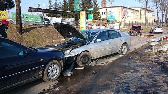 20-latek wymusił pierwszeństwo i doprowadził do zderzenia trzech samochodów (ZDJĘCIA)