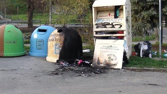 BŁONIE: Spalony pojemnik na plastik i kontener na ubrania (ZDJĘCIA)