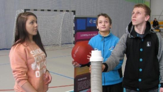 """Wystawa """"Eksperymentuj!"""" z Centrum Nauki Kopernik podczas Dni Otwartych ZSCKR w Nowosielcach (ZDJĘCIA)"""