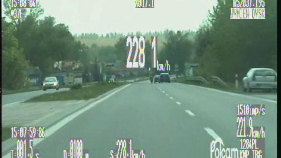 Jechał z prędkością 228 km/h i chciał uniknąć kontroli (FILM)