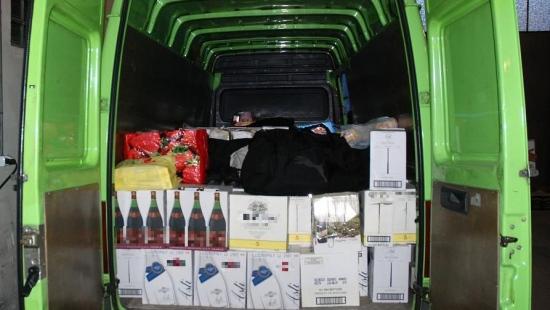 Przemytnicy próbowali przewieźć przez granicę 500 litrów wina i 200 litrów oleju napędowego (ZDJĘCIA)