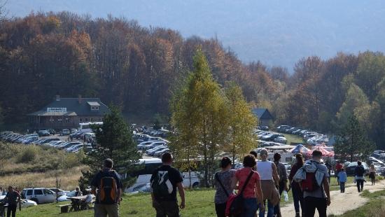 Zakorkowane bieszczadzkie drogi, tysiące ludzi na szlakach górskich (ZDJĘCIA)