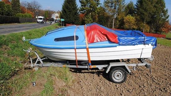 Przyczepa z łódką odpięła się od pojazdu. Ranna 7-latka (ZDJĘCIA)