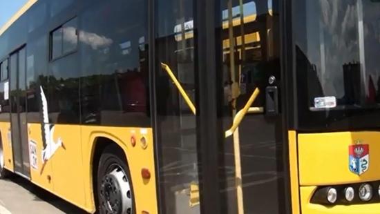 Kierowca autobusu wyjeżdżając z zatoki autobusowej najechał na nogę pasażerki