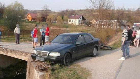 Niebezpieczny manewr 15 – letniego rowerzysty. Mercedes na betonowym mostku (ZDJĘCIA)