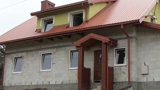 Pogorzelcy z Wujskiego budują nowy dom. Ich marzenia spełniają się, dzięki pomocy ludzi o wielkich sercach (FILM)