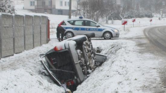 Wypadek w Bykowcach. Pojazd w rowie. 7 osób w środku (ZDJĘCIA)