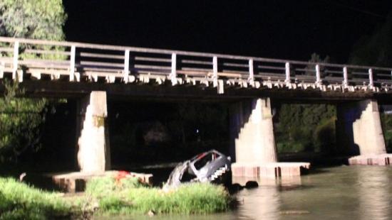 BIESZCZADY: Samochód spadł z mostu do rzeki. Nie żyje 50-letni kierowca (ZDJĘCIA)