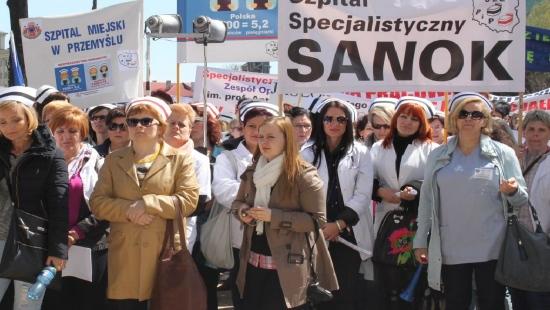 STRAJK PIELĘGNIAREK: Dzisiaj dwugodzinny strajk sanockich pielęgniarek. Dyrektor: Opieka nad pacjentami jest zabezpieczona