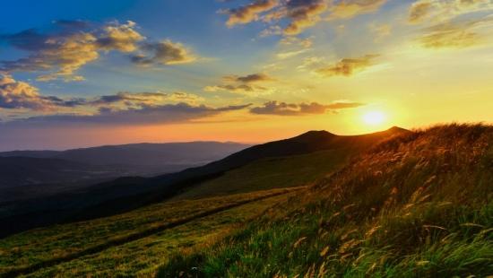 Bieszczady zachwycają urokiem. Zobacz wyjątkowe zdjęcia z zachodu słońca na Połoninie Wetlińskiej (ZDJĘCIA)