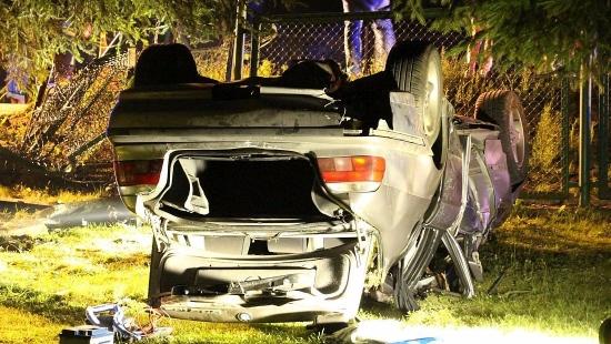 Pijany kierowca ściął ogrodzenie i wylądował na dachu. Jechał bez uprawnień (FILM, ZDJĘCIA)