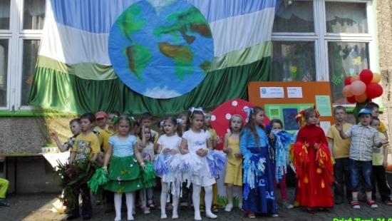 """Przedszkolaki z """"Trójki"""" świętują uroczyście Dzień Ziemi (ZDJĘCIA)"""