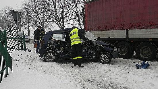Śmierć na drodze. Zderzenie samochodu osobowego z ciężarówką (ZDJĘCIA)