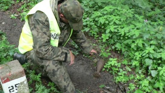 Granat moździerzowy znaleziony przez turystów w Bieszczadach