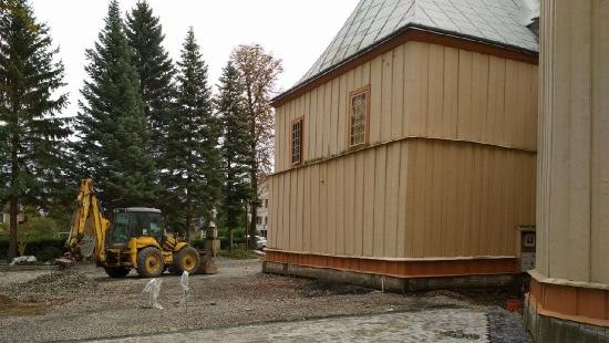 Prace budowlane przy zabytkowym kościele w Iwoniczu (ZDJĘCIA)