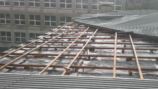 Nawałnica nad Sanokiem zerwała dach na sali gimnastycznej Gimnazjum nr 4 (FILM)