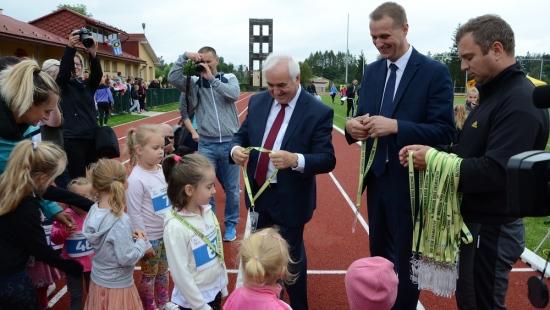"""Rodzinne bieganie w Brzozowie. """"Nowe życie"""" stadionu lekkoatletycznego (FILM)"""