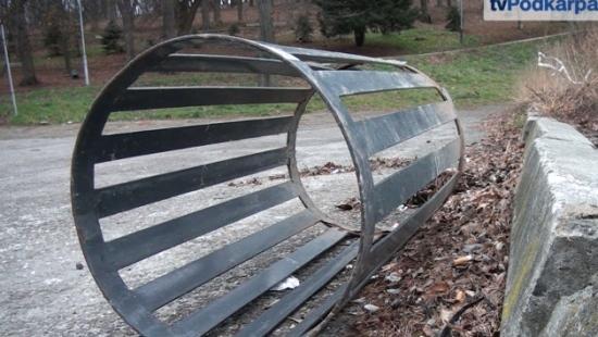 Demolka w sanockim parku. Zdewastowano sześć koszy na śmieci (FILM)