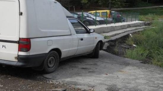 Ekstremalnie i nad przepaścią. O parkowaniu po sanocku (ZDJĘCIA)