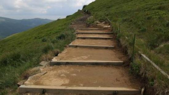 """Dyrekcja BdPN wyjaśnia: ,,Schody"""" na Tarnicę to poprawa bezpieczeństwa oraz walka z erozją szlaków (ZDJĘCIA)"""