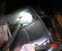 Fiat wbił się w most, belki roztrzaskały szybę. Niebezpiecznie w Łukawicy (ZDJĘCIE)