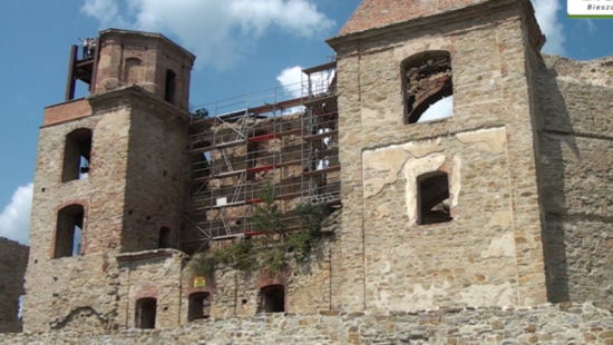 Turyści coraz liczniej odwiedzą Marymont. Trwają prace przy ścianie wschodniej obiektu (FILM)