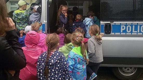Przeglądali radiowozy, podziwiali policyjne psy i pracę kryminologów. Maluchy odwiedziły sanocką Policję (ZDJĘCIA)