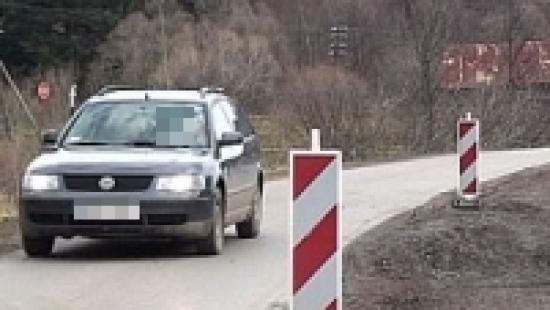 Zamknięcie ruchu na drodze w Mokrem