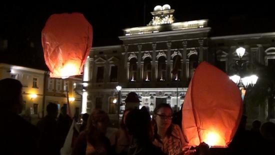 Biało-czerwone lampiony nad sanockim Rynkiem. Patriotyczna akcja Ruchu Narodowego (FILM)