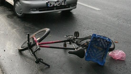 Rowerzysta potrącony na skrzyżowaniu, trafił do szpitala. Policjanci apelują o ostrożność