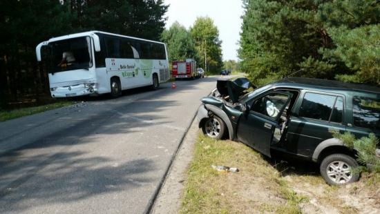 Autobus z dziećmi zderzył się czołowo z osobówką. Dwie osoby w szpitalu