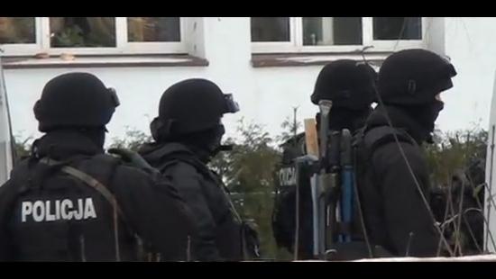 tvPodkarpacie.pl : Mężczyzna zabarykadował się w mieszkaniu. Nie chce negocjować. Cegielniana sparaliżowana (FILM)