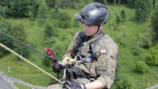 Zjazd z zapory, przeprawa przez San i wędrówka na orientację. Żołnierze szkolą się w Bieszczadach (ZDJĘCIA)