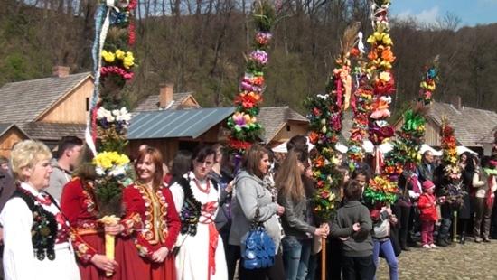 Kolorowo, smacznie, świątecznie… Niedziela Palmowa na Rynku Galicyjskim w Sanoku (FILM)