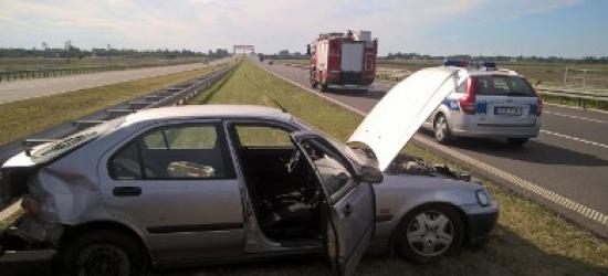 Kolizja na autostradzie. Honda wypadła z drogi i uderzyła w barierki