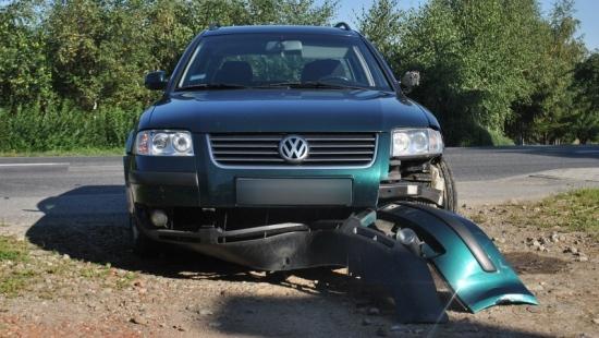 Motocyklista ucierpiał w zderzeniu z passatem
