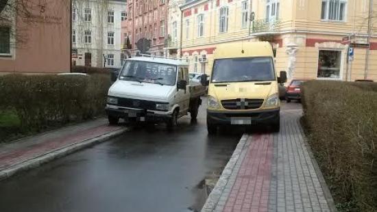 PARKOWANIE PO SANOCKU: Kierowcy uwielbiają parkować na zakazach, chodnikach i miejscach dla inwalidów (ZDJĘCIA)