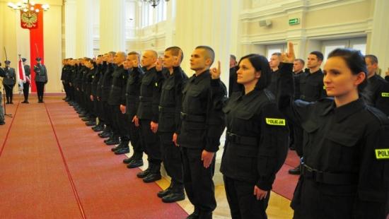 82 nowych funkcjonariuszy zasiliło szeregi podkarpackiej policji (ZDJĘCIA)