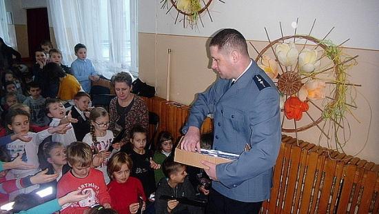 O bezpieczeństwie na drodze podczas spotkania uczniów z policją (ZDJĘCIA)