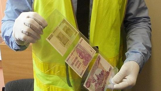 Oszukana staruszka. Za 2 tys. zł kupiła bezwartościowe banknoty z Kambodży i Zimbabwe