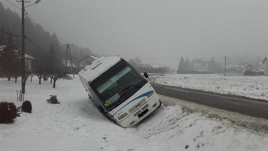 AKTUALIZACJA: Pasażerski bus wjechał do rowu i przewrócił się na bok. 7 osób w środku