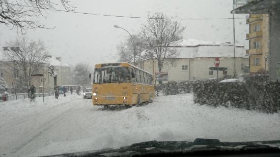 Zima na koniec zaatakowała ze zdwojoną siłą. Kierowcy narzekają na drogowców (FILM, ZDJĘCIA)