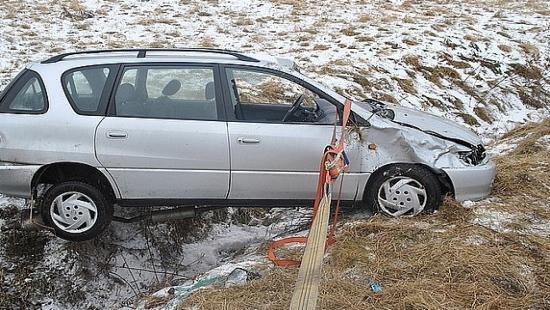 Wypadek na łuku drogi. Mężczyzna trafił do szpitala (ZDJĘCIA)