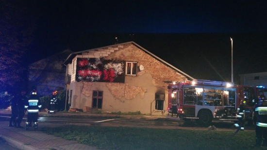 SANOK: Pożar w budynku wielorodzinnym. Dwie osoby poszkodowane, jednej stan jest ciężki (ZDJĘCIA)