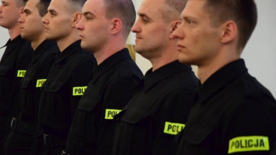 """""""Służyć wiernie narodowi…"""". Nowi policjanci złożyli ślubowanie, po szkoleniu trafią do jednostek podkarpackiej policji (ZDJĘCIA)"""