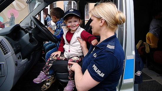 Najmłodsi mieli okazję usiąść za kierownicą policyjnego radiowozu (ZDJĘCIA)