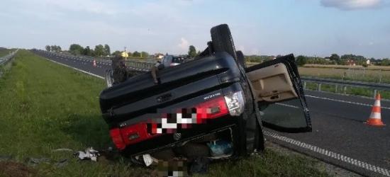 Zbyt szybko jechał na autostradzie. Uderzył w barierkę i dachował (ZDJĘCIE)