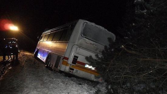 Autobus zjechał do rowu